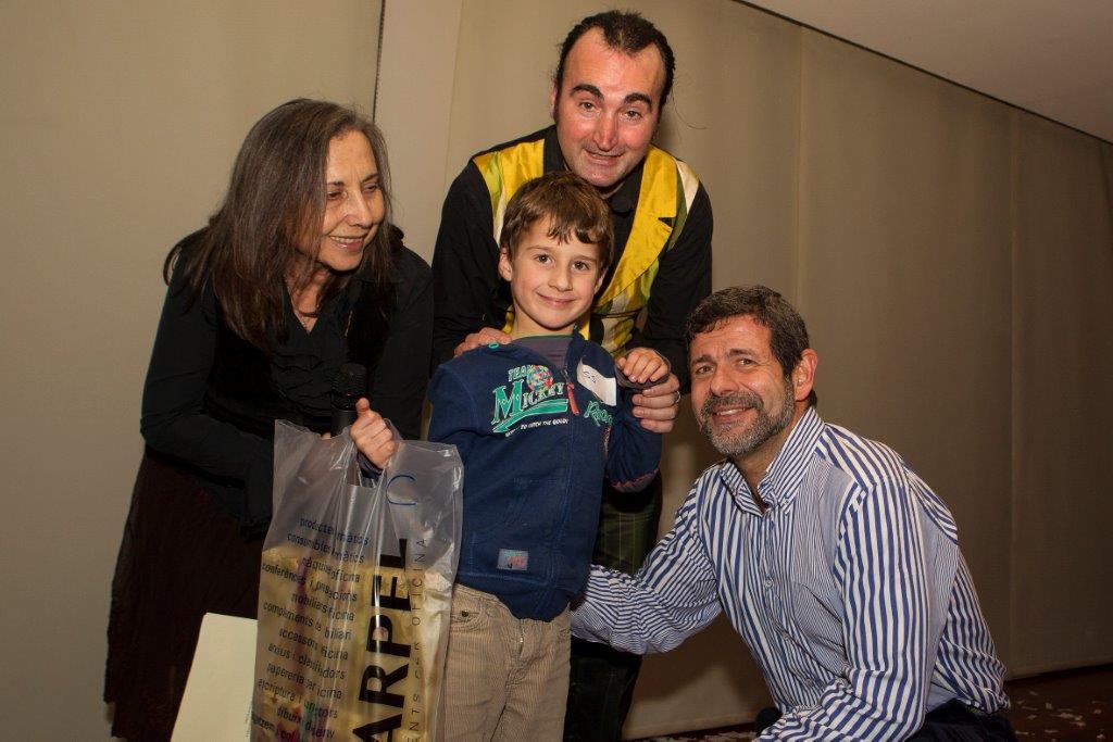 Jon Valdezate recull el premi concurs infantil de dibuix, 9 anys en nom de la seva germana Elsa, que ha estat la guanyadora