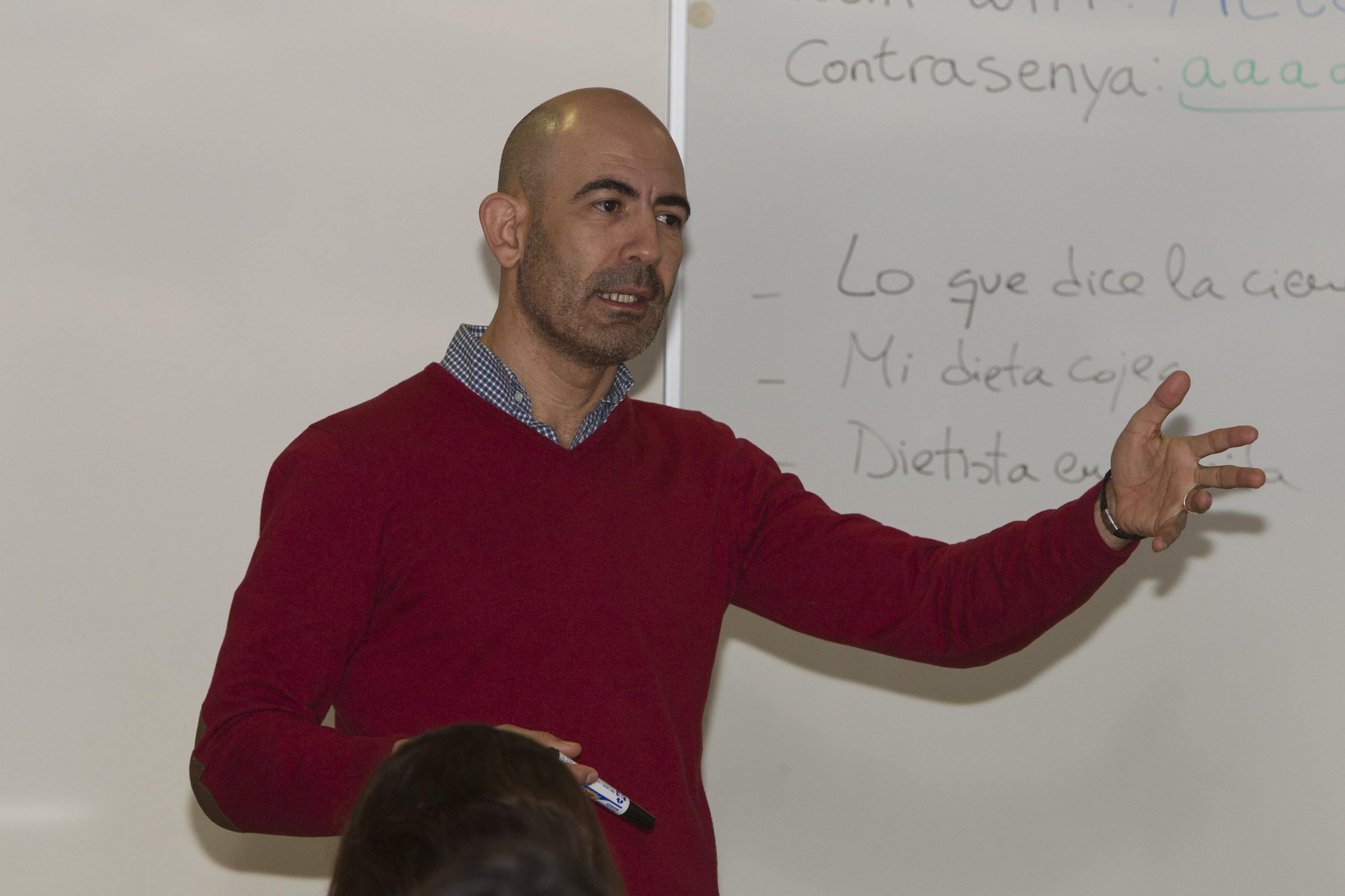"""Carlos Fernandez Oropesa, farmacèutic d'atenció primària de l'àrea de gestió sanitària nord-est de Granada i membre del comitè editorial del blog oficial """"Farmacia de Atención Primaria"""" de la SEFAP"""