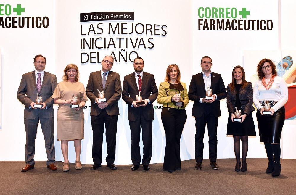 """El president del COFB, Jordi de Dalmases (tercer començant per l'esquerra), recull el premi pel projecte de """"Determinació del risc cardiovascular en farmàcies"""""""