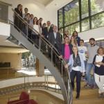 Els alumnes del MGOF amb el president del COFB, Jordi de Dalmases, el director del màster, Joan Carles Serra, i les coordinadores, Mònica Gallach (a dalt a l'esquerra) i Cristina Rodríguez (a baix de tot).