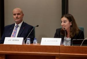 Aina Surroca introduint la conferència de Joan Carles Serra al Fòrum MGOF