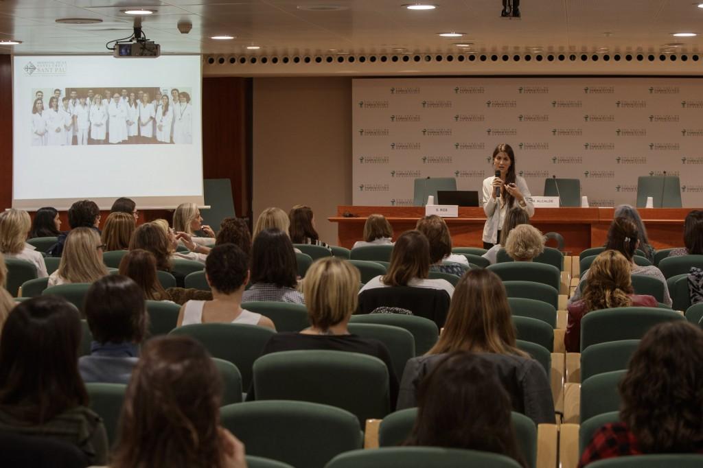 """Moment de la conferència """"La pell i les emocions"""", a càrrec de la psicòloga Sandra Ros."""