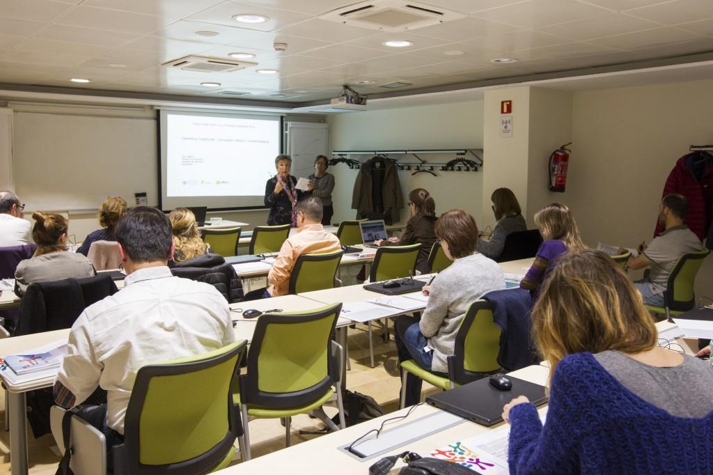 """La Dra. Montserrat Baiget durant una classe del curs """"Fem camí cap a la farmacogenètica""""."""