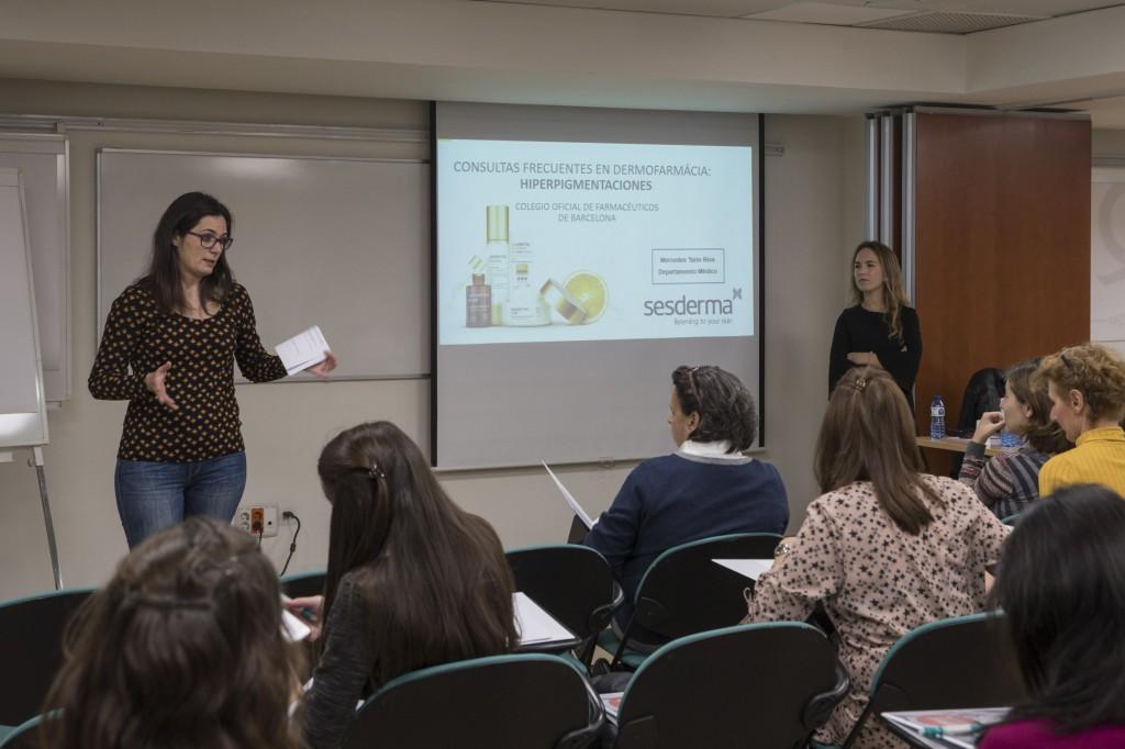 Marta Alcalde, coordinadora del curs i vocal de Dermofarmàcia i Productes Sanitaris del COFB, durant una de les sessions.