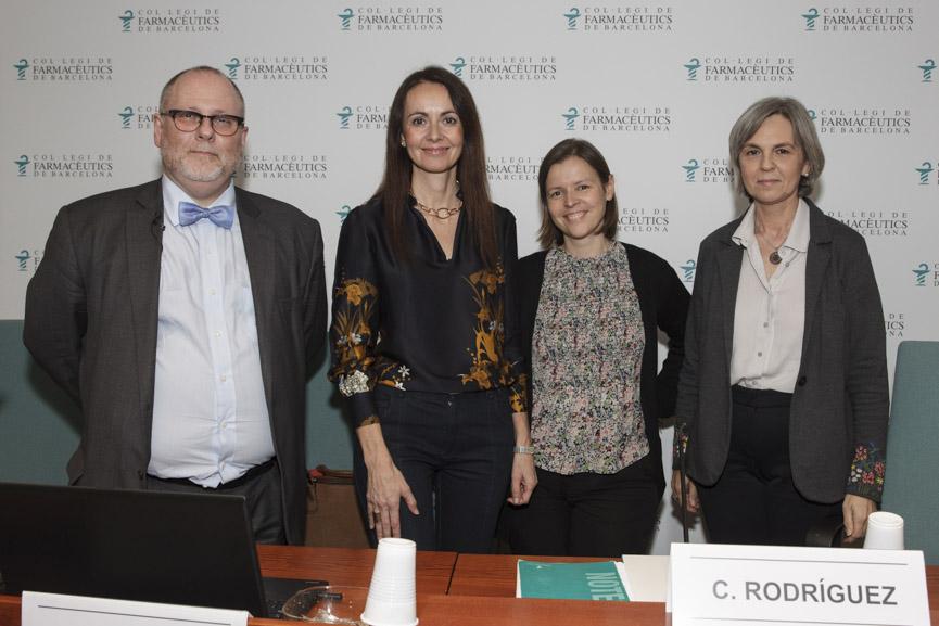 El doctor Agustí Sellas i les doctores Anna López i Lucía Márquez, acompanyats de la cap del Departament de Formació i Desenvolupament Professional del COFB, Cristina Rodríguez.