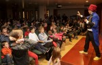 Un moment de l'espectacle Magic&Clown Superstar a la sala d'actes del COFB