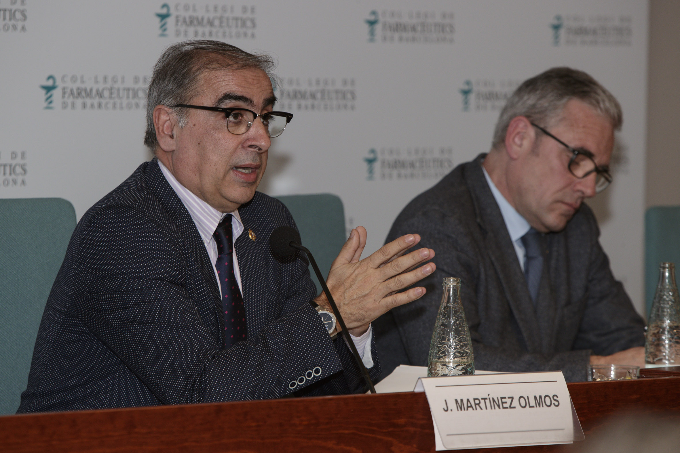 "José Martínez Olmos i Jordi De Dalmases, durant la presentació del llibre ""El futuro de la Sanidad en España""."