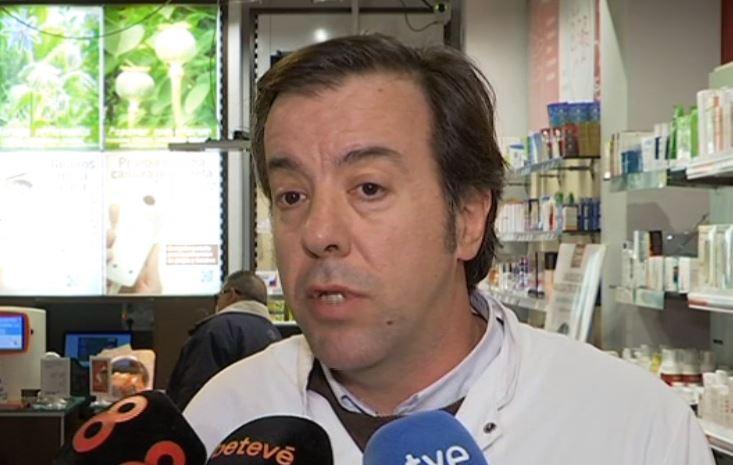 Guillermo Bagaria atenent als mitjans per parlar de l'autotest de detecció del VIH. Font:betevé.