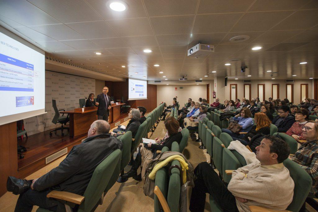 La sessió, emmarcada dins de les Tertúlies d'Actualitat que periòdicament organitza el COFB, va reunir a molts farmacèutics i farmacèutiques interessades en el VIH.