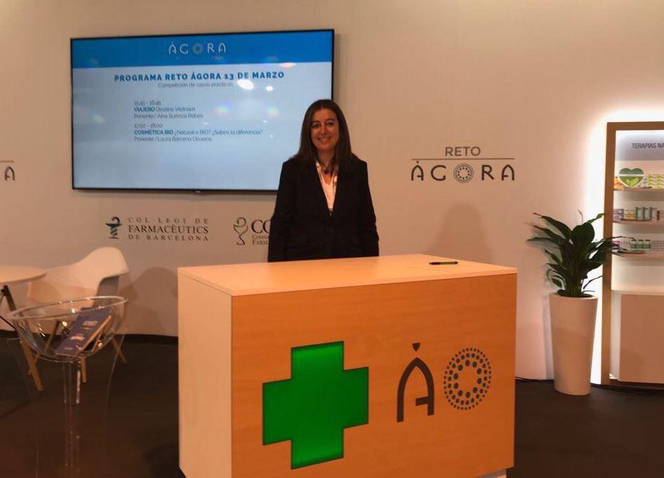 Aina Surroca, vocal del COFB i responsable de la Comissió Delegada de Formació Continuada, abans de començar la seva xerrada.