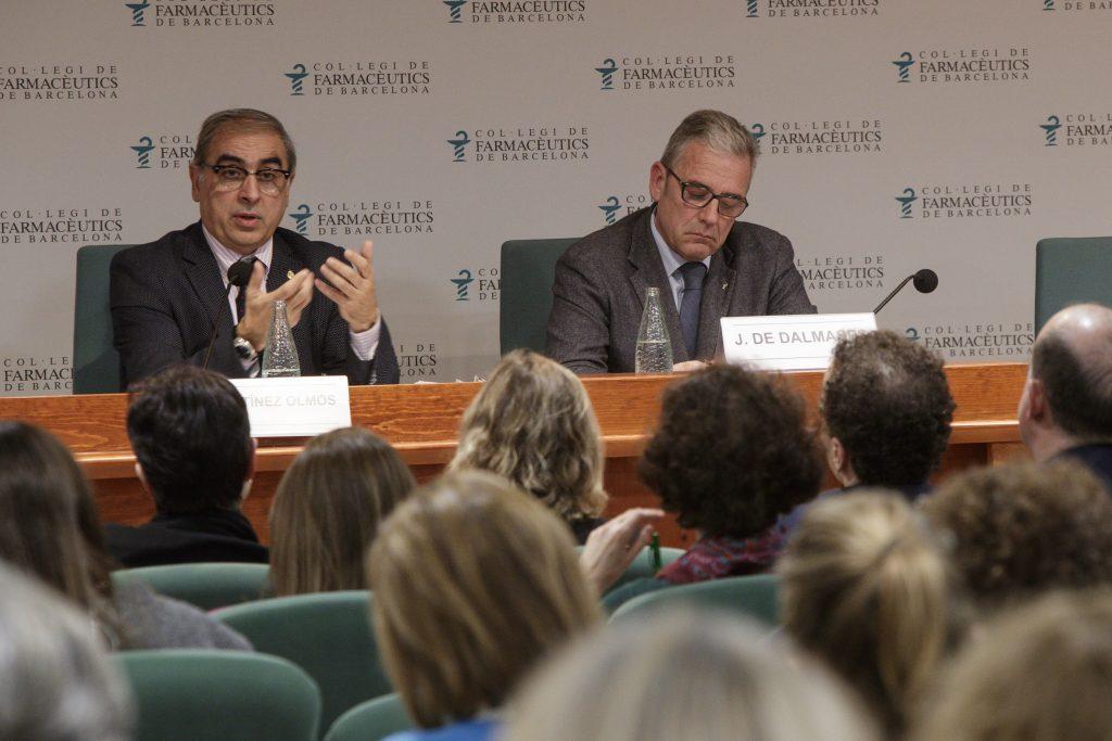 José Martínez Olmos, senador i autor del llibre El futuro de la Sanidad en España, en un moment de la presentació, acompanyat de Jordi De Dalmases, president del COFB.