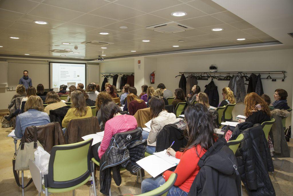 """El curs """"Fitoteràpia: usos i aplicacions dels olis essencials en l'embaràs i la lactància"""" va seguir-se amb un gran interès."""