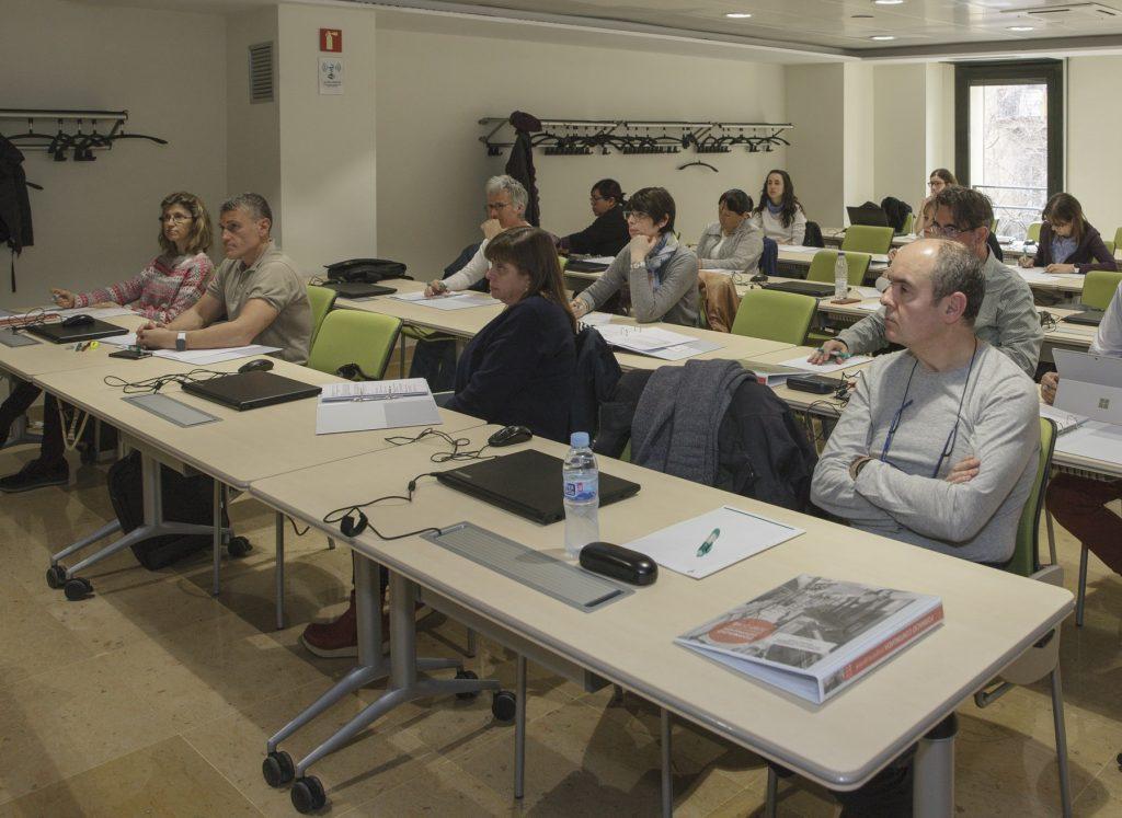 """Els alumnes del curs """"Introducció a l'epigenètica i aplicabilitat en la medicina personalitzada"""" seguint a formació."""