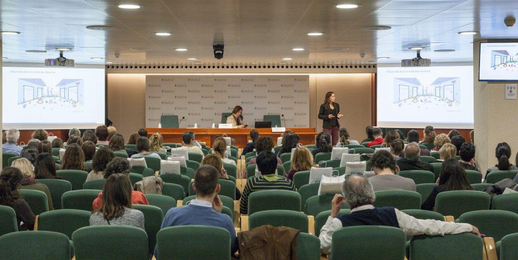 """Moment de la conferència """"Ciència i evidència dels probiòtics en la infància""""."""