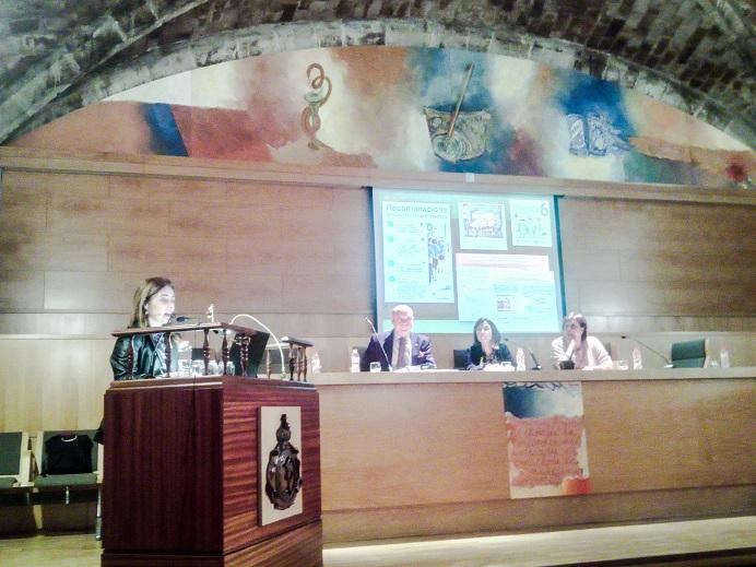 Anna Bach, durant la presentació de l'estudi a la Reial Acadèmia de Farmàcia de Catalunya.