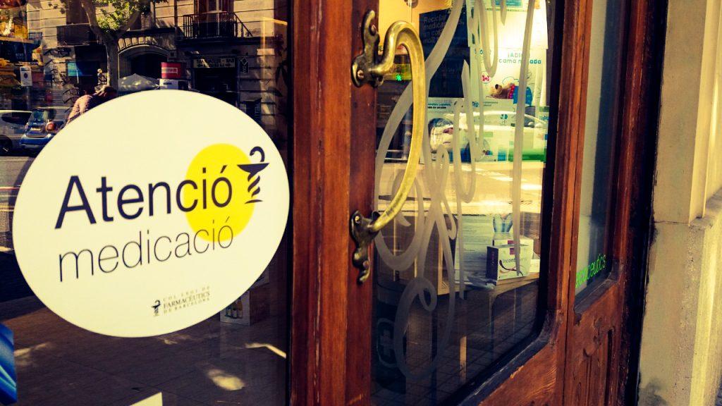 """Presència de la campanya """"Atenció Medicació"""" en una farmàcia de Barcelona."""
