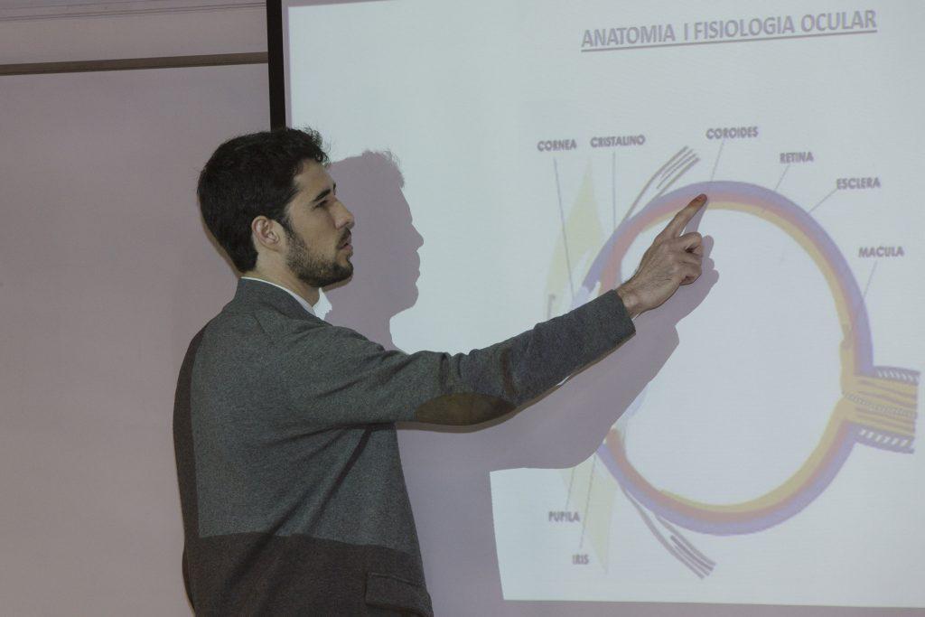 El doctor Pablo Infiesta, del Servei d'Oftalmologia de l'Hospital de Manresa, durant un moment de la formació.