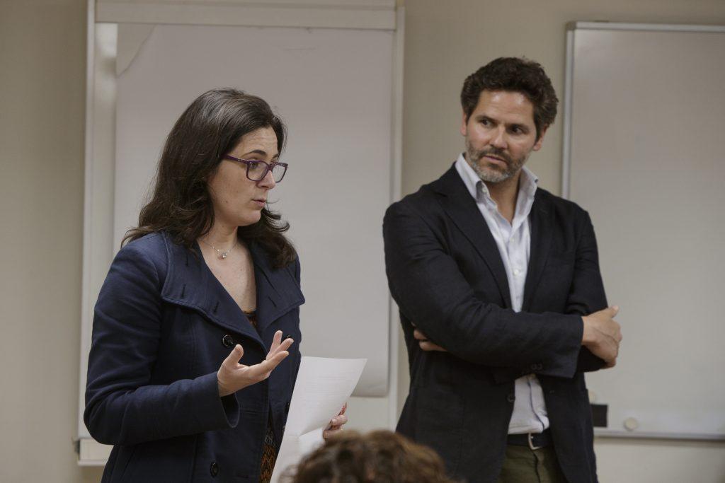 Marta Alcalde, vocal de Dermofarmàcia i Productes Sanitaris del COFB, acompanyada de l'odontòleg i medical advisor de Dentaid, Xavier Calvo.
