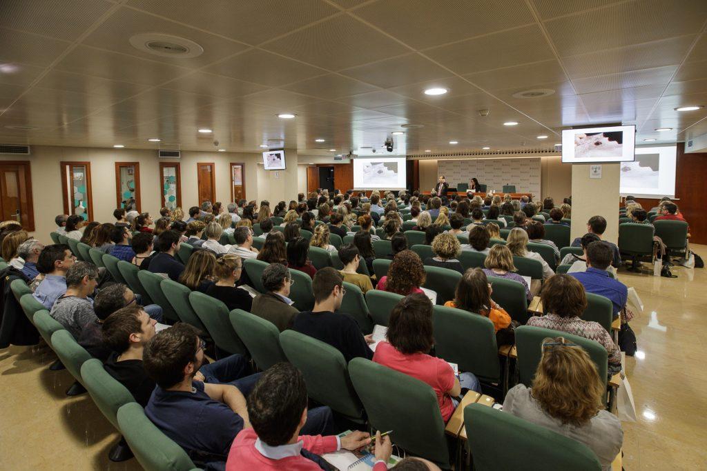La sala d'actes del Col·legi de Farmacèutics de Barcelona (COFB), plena de gom a gom, durant la sessió informativa de la campanya #AtencióPell 2018.