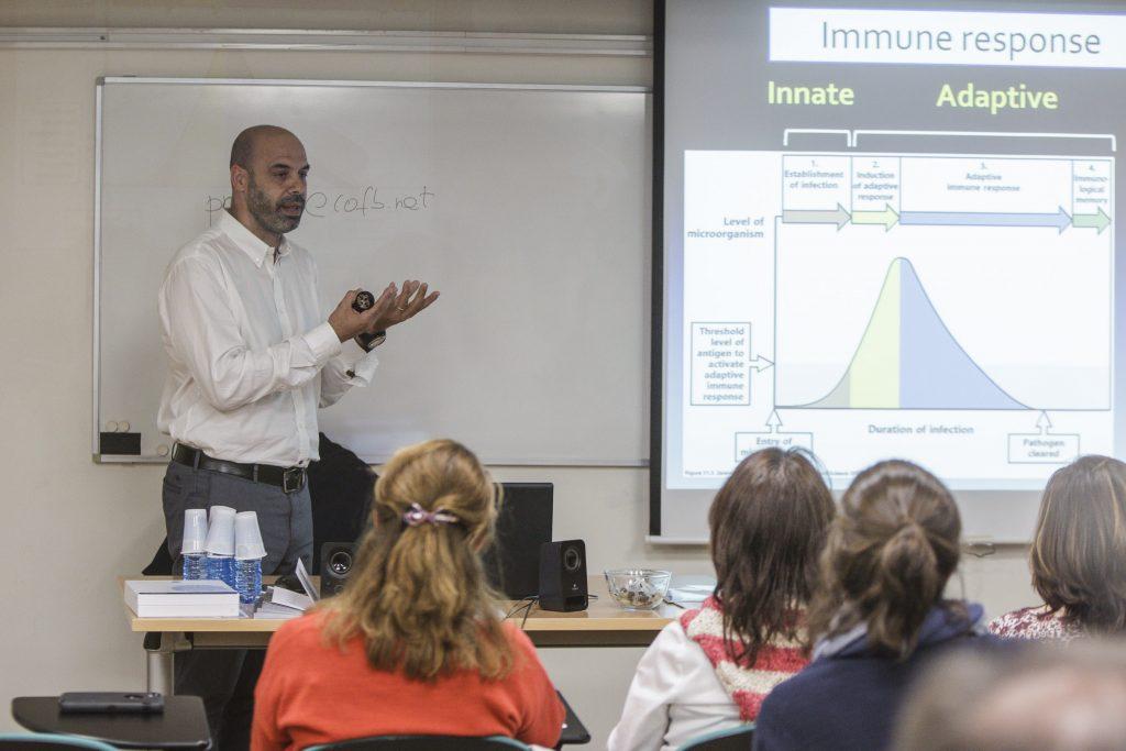 El doctor Hèctor Corominas, de la Unitat de Reumatologia de l'Hospital de Sant Pau, durant una de les sessions sobre farmacogenètica.