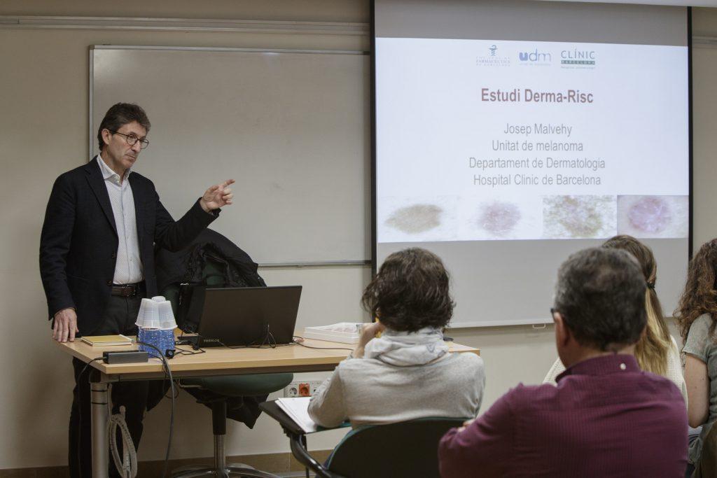 El Dr. Josep Malvehy durant els tallers pràctics de la campanya #AtencióPell.