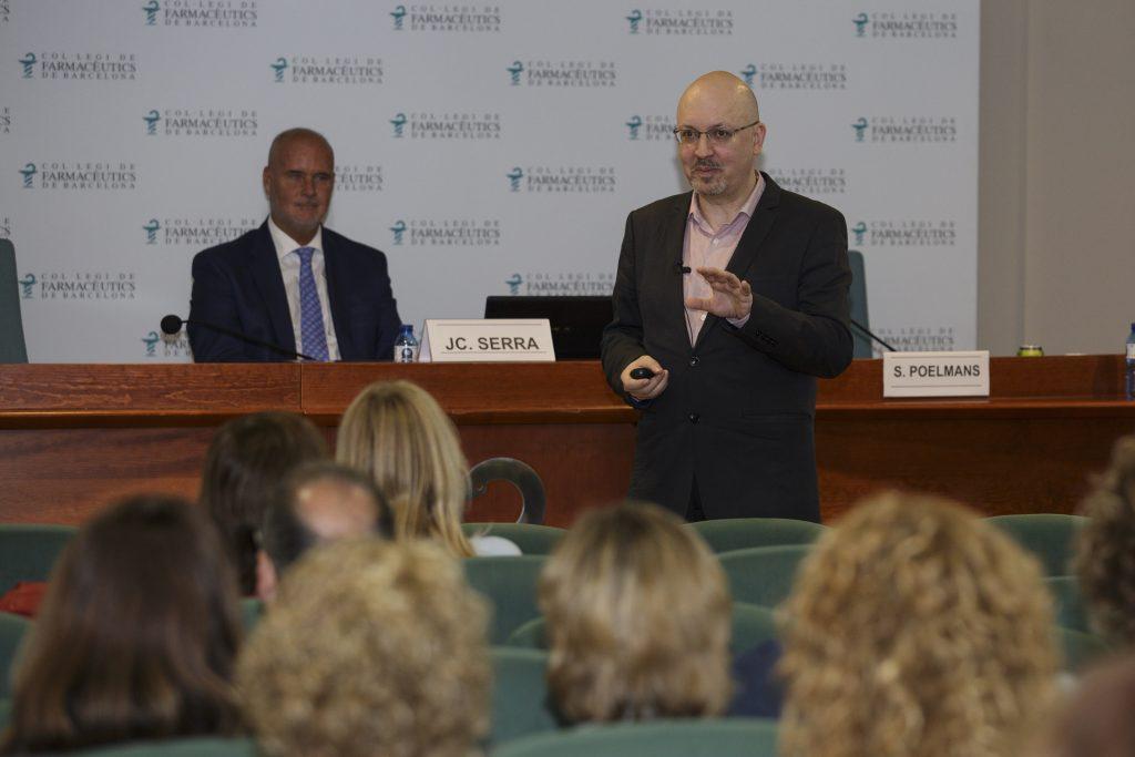Steven Poelmans, durant un moment de la sessió, acompanyat del director del Màster en Gestió de l'Oficina de Farmàcia (MGOF).