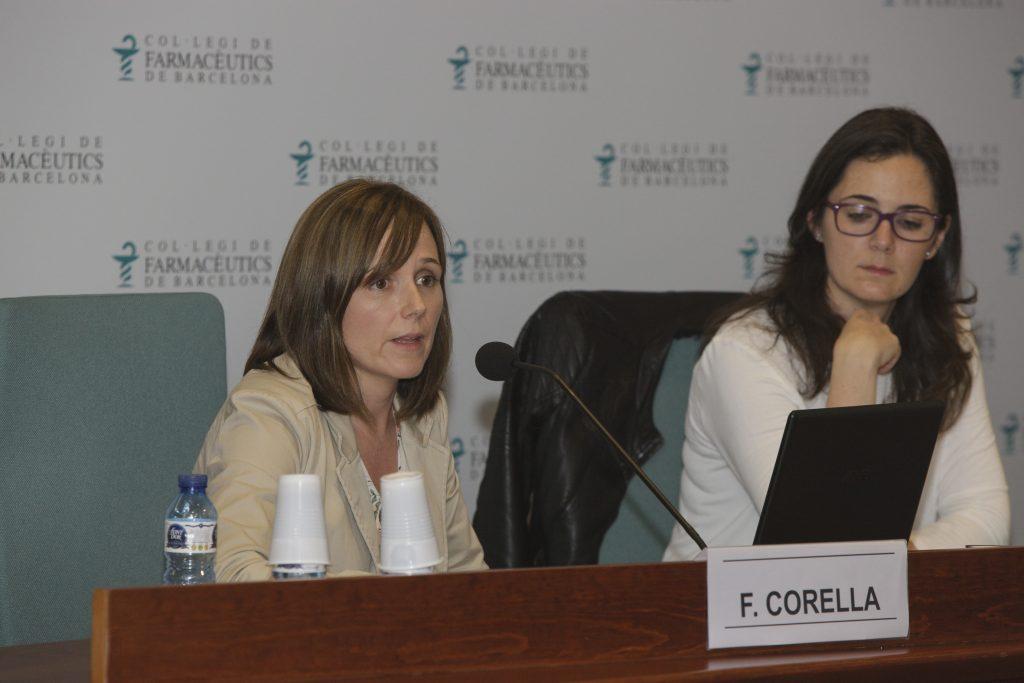 La ponent Francesca Corella i la vocal de Dermofarmàcia i Productes Sanitaris del COFB, Marta Alcalde, durant un moment de l'acte.
