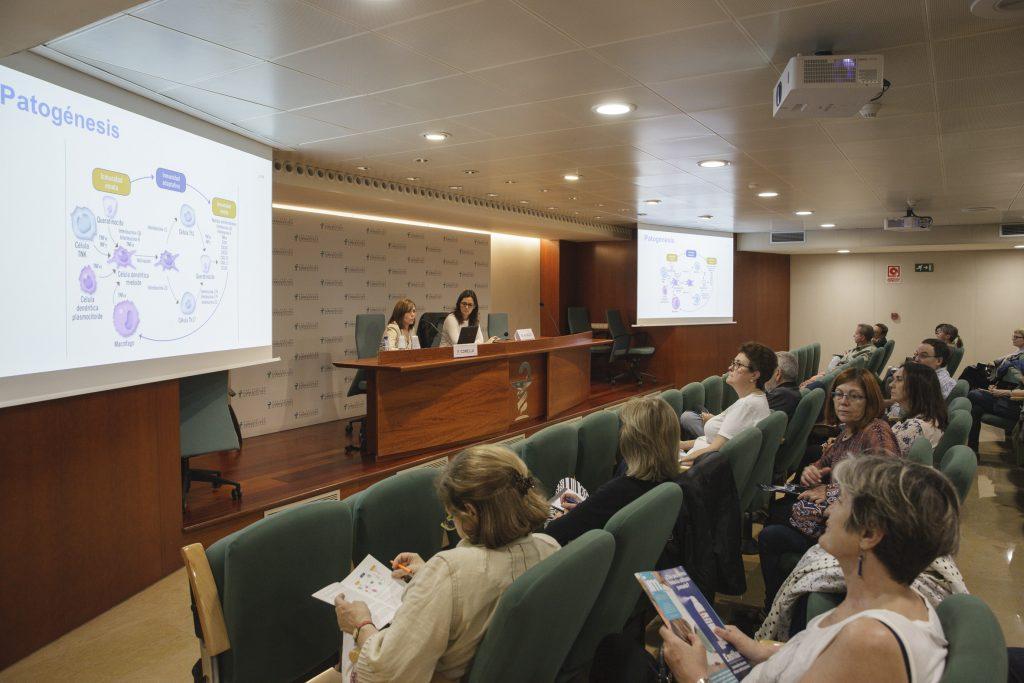 """Un moment de la conferència """"Com abordar la psoriasi. Impacte i tractaments relacionats"""", celebrada a la sala d'actes del COFB."""