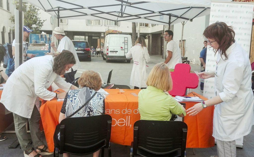 Farmacèutiques de Badalona durant una de les activitats de la campanya #AtencióPell
