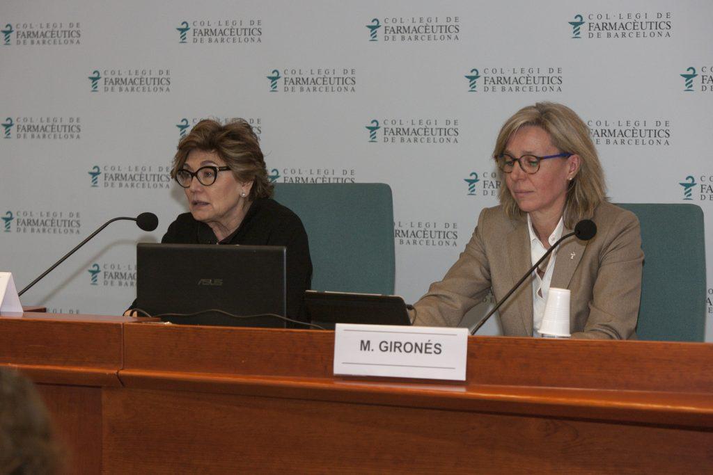 La Dra. Mercè Boada en un moment de la conferència, acompanyada de la vocal d'Ortopèdia del COFB, Montse Gironès.