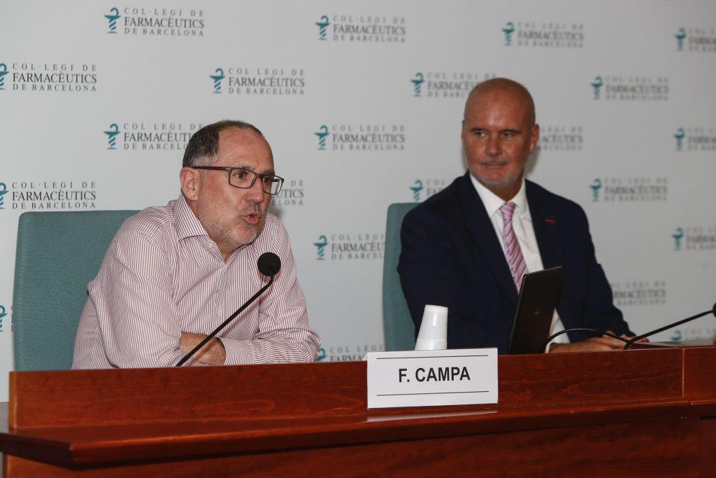 Fernando Campa, acompanyat per Joan Carles Serra, director del Màster de Gestió de l'Oficina de Farmàcia (MGOF).