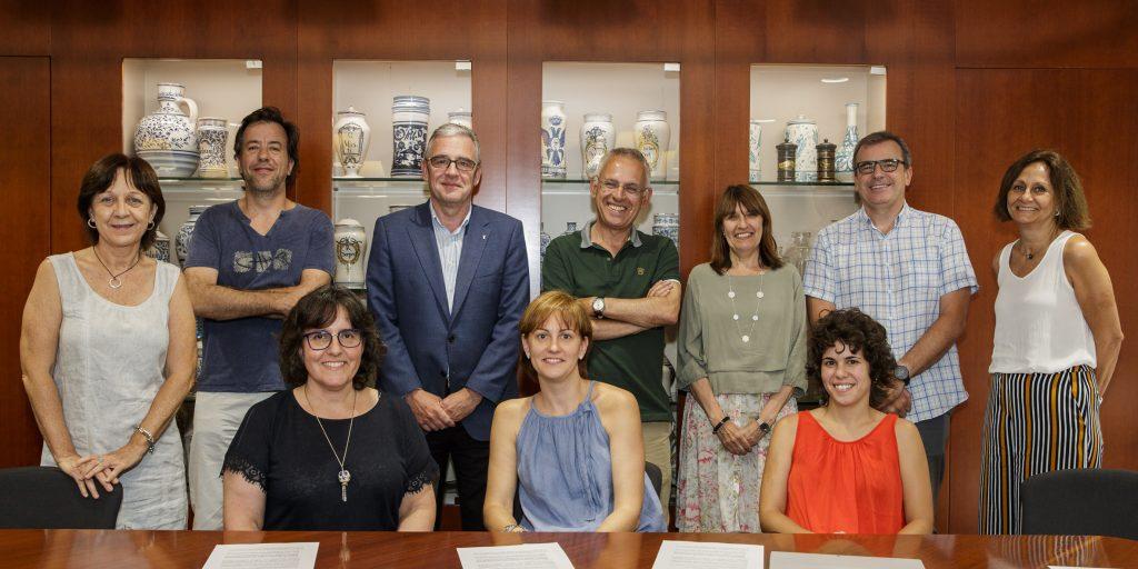 Diversos membres de la Comissió de Beques i les responsables dels projectes becats pel COFB, acompanyats pel president del Col·legi, Jordi de Dalmases