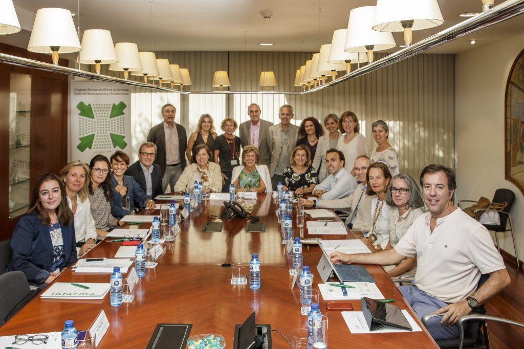 Foto de la reunió del Comitè Científic d'Infarma amb Francisca Aranzana, vocal d'Oficina de Farmàcia del COFB i directora del Congrés, al centre.