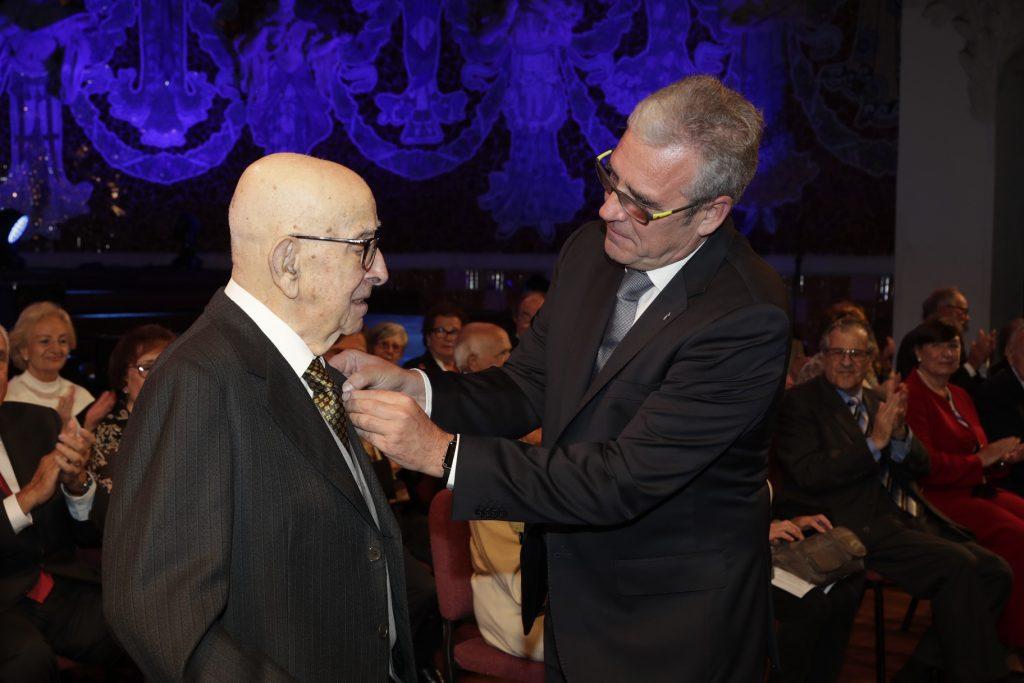 Carles Busquet va rebre la insígnia d'or i brillants pels seus 75 anys de col·legiació.