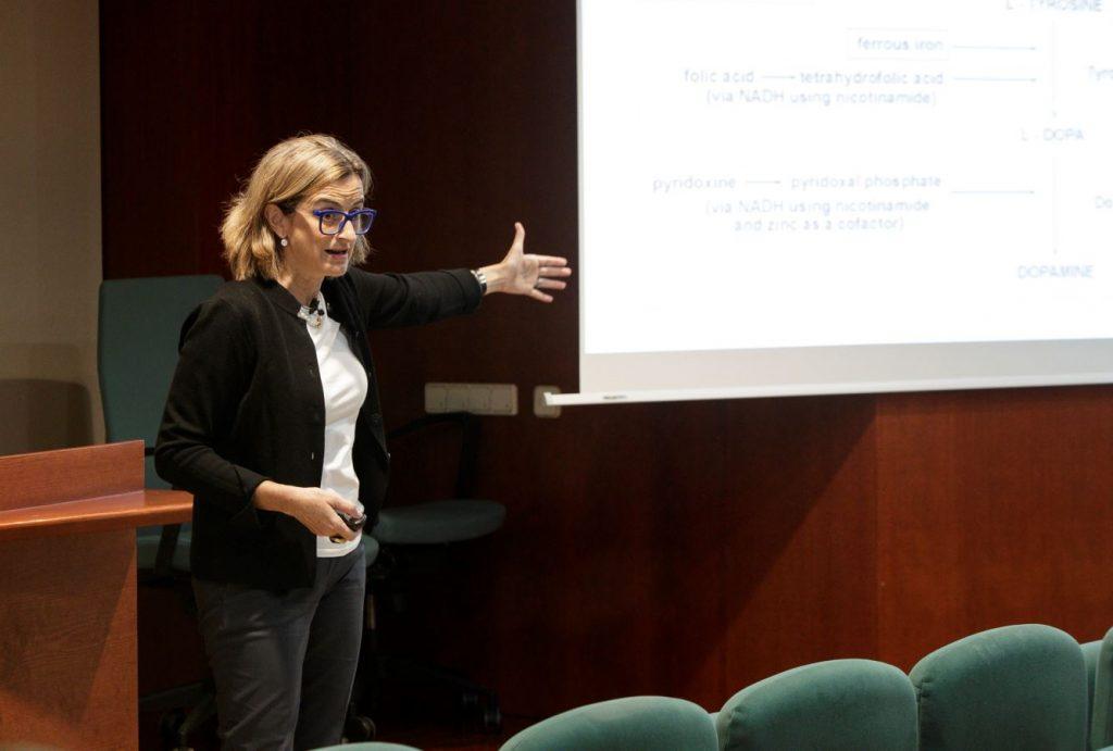 La doctora María Izquierdo, durant la seva exposició a la tertúlia d'actualitat.