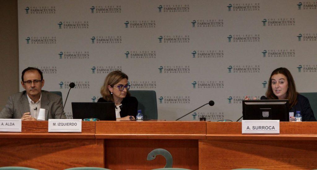 Aina Surroca, vocal del COFB i responsable de la Comissió Delegada de Formació, presentant els ponents de l'acte.