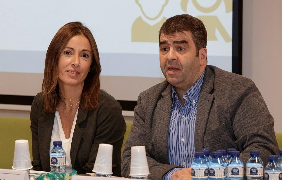 Mercè Vilanova, pacient i membre d'Acción Psoriasis, acompanyada de Santi Alfonso, director d'Acción Psoriasis.