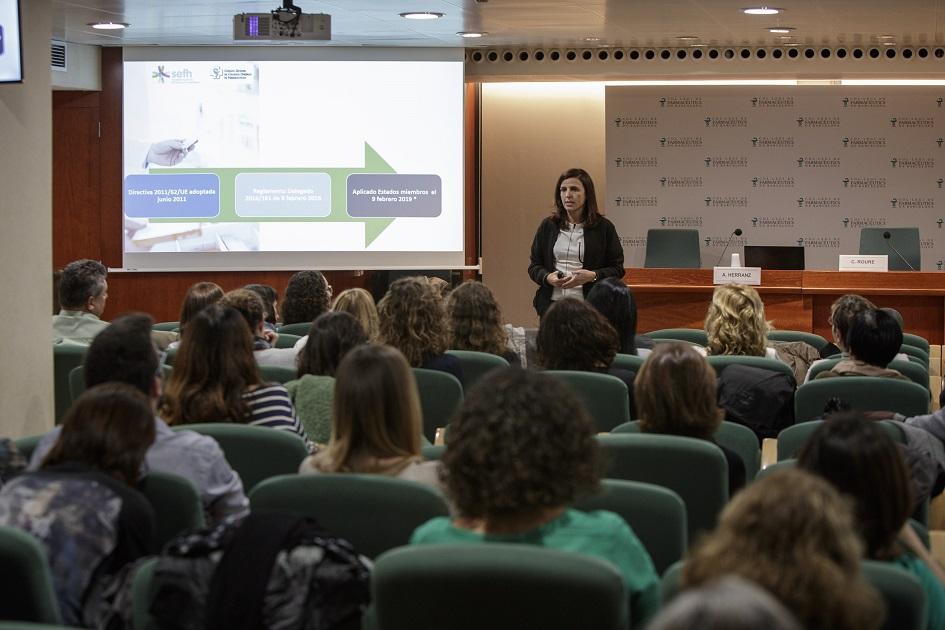 Ana María Herranz, vocal nacional de Farmàcia Hospitalària del CGCOF, en un moment de la seva intervenció.