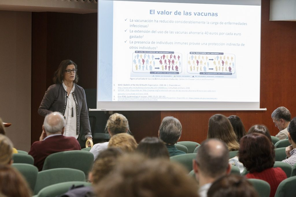 La Dra. Magda Campins, del Servei de Medicina Preventiva i Epidemiologia de l'Hospital Universitari Vall d'Hebron, durant la seva intervenció.