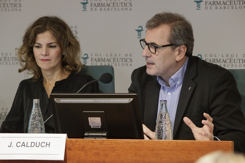 Sonia Ruiz,directora del Departamento Internacional delConsejo General de Colegios Oficiales de Farmacéuticos (CGCOF) i Joan Calduch, vocal del CCFC responsable de l'àrea tecnològica.