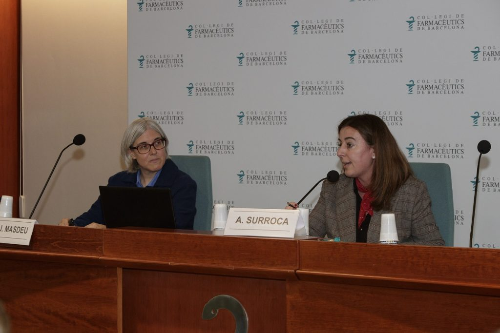 La doctora María José Masdeu Margalef acompanyada d'Aina Surroca, vocal del COFB responsable de la Comissió Delegada de Formació Continuada.