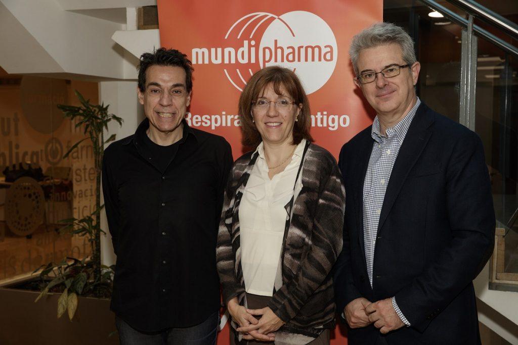 D'esquerra a dreta: José Luis Bimbela, Roser Vallès i Juan Manuel Collar Martínez, director de Relacions Institucionals i Farmacoeconomia de Mundipharma.