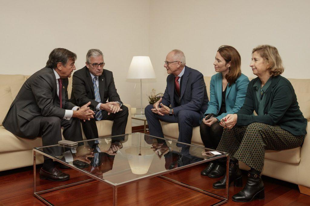 D'esquerra a dreta: Luis González, president del COFM; Jordi De Dalmases, president del COFB; Walter Moholeck, director general de Nestlé Health Science; Anna Bach, vocal d'Alimentació i Nutrició del COFB i Núria Bosch, vicepresidenta del COFB.