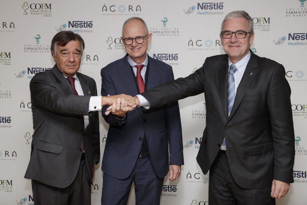 Luis González, president del COFM ambWalter Molhoek, director general de Nestlé Health Science, i Jordi de Dalmases, president del COFB, al Col·legi de Farmacèutics de Barcelona