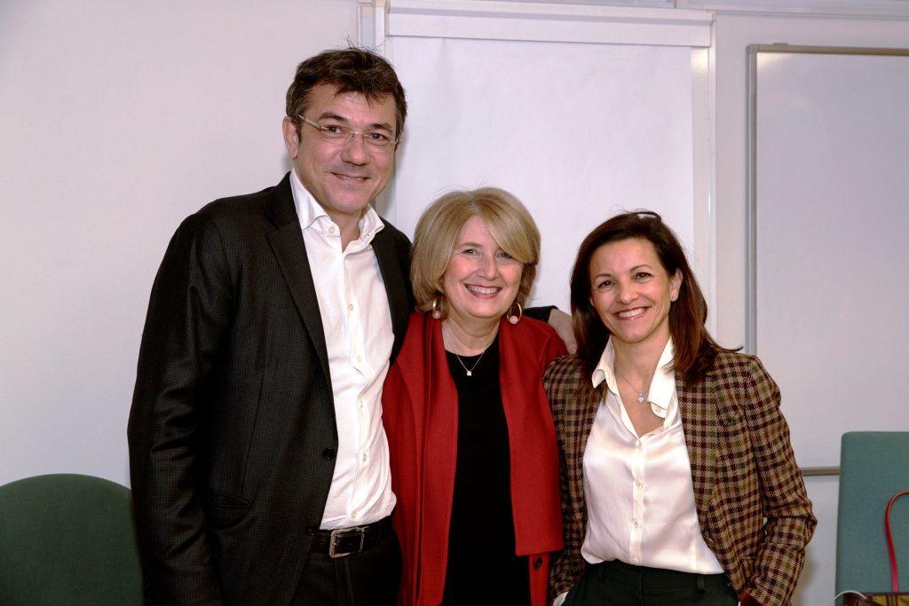 La moderadora del curs Glòria Tapias entre els dos ponents Hector Jausàs i Lourdes Fraguas.