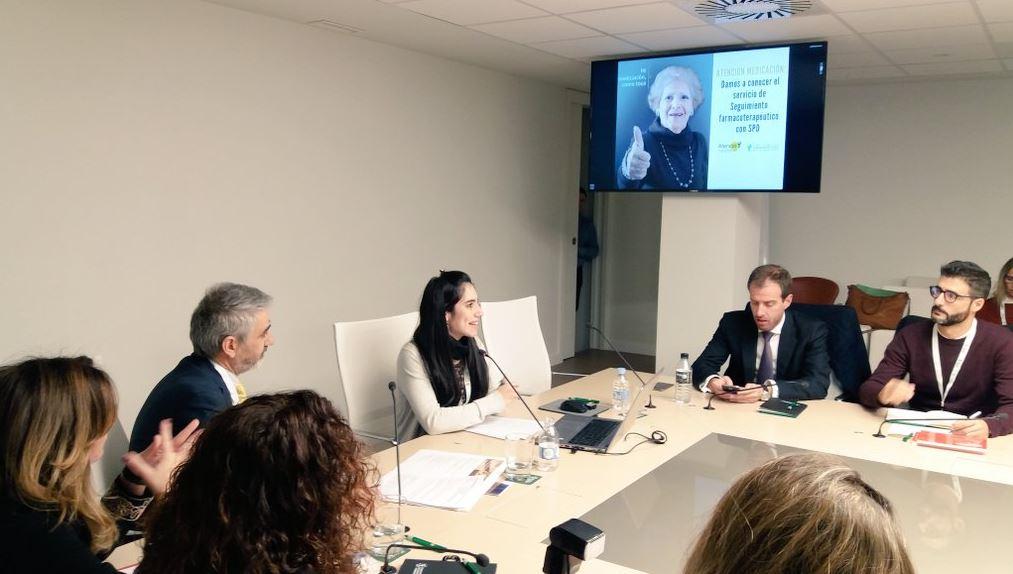 """Laia Dorca, responsable del departament de Comunicació del COFB, durant la seva presentació del projecte de comunicació de la campanya """"Atenció Medicació""""."""