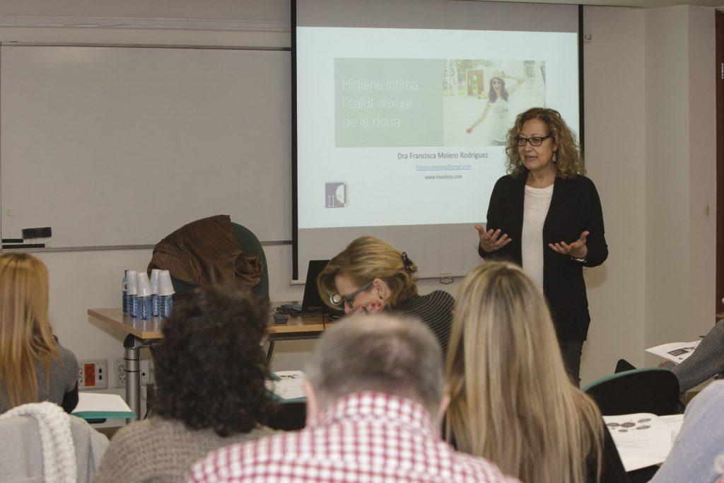 """Un moment de la sessió de la doctora Francisca Molero en el marc del curs """"Higiene íntima i salut sexual de la dona""""."""