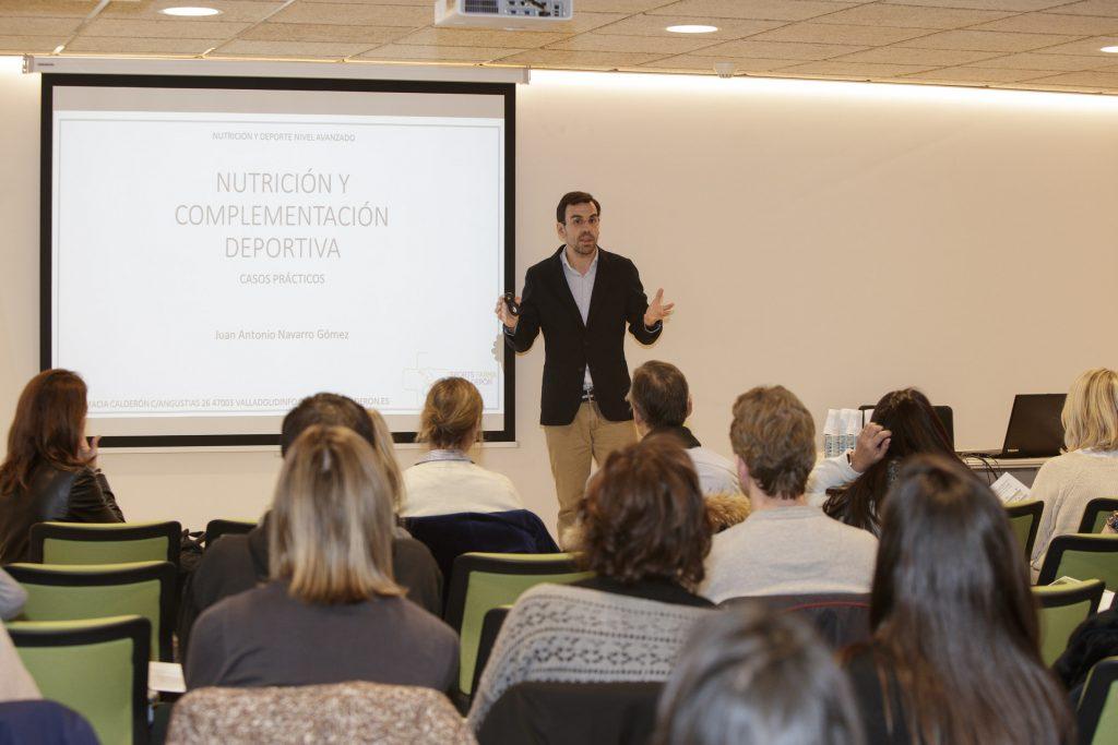 El farmacèutic Juan Antonio Navarro, en un moment de la seva sessió.