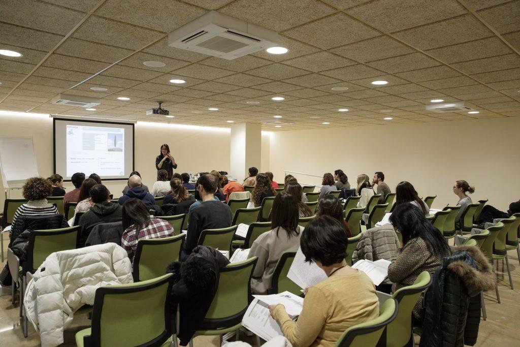 """Un moment del curs """"Fitoteràpia: usos i aplicacions dels olis essencials"""" realitzar a la seu del Col·legi"""