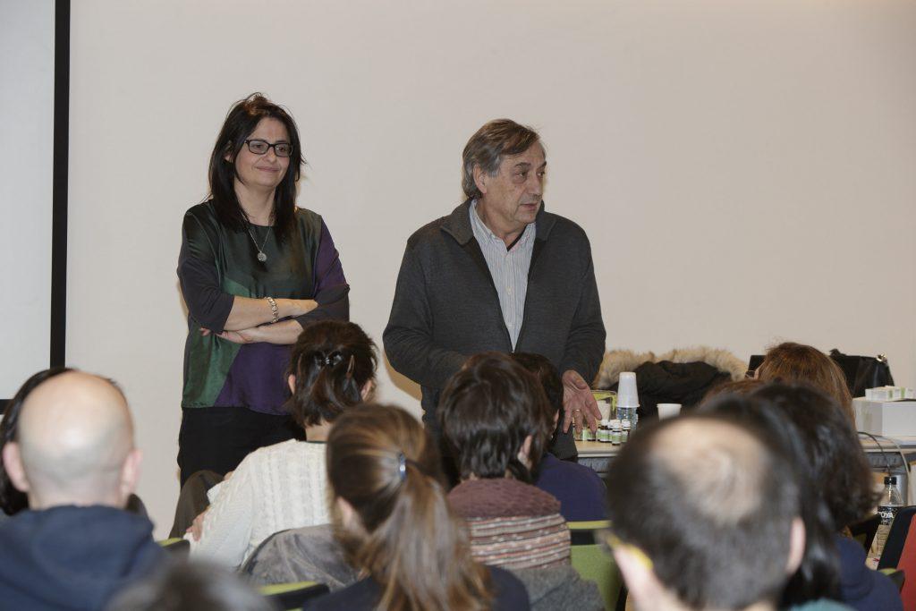 Matilde García, farmacèutica i especialitzada en fitoteràpia i olis essencials amb Josep Allué, en un moment de la presentació del curs.